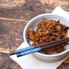 Voici une recette des plus facile, on dépose les morceaux de poulet et la sauce dans un slowcooker et on les laisse cuire 4 heures. Facile, il n'y a qu'à le programmer pour qu'il soit bien chaud pour l'heure du diner. C'est aussi une recette qui est parfaite à préparer à l'avance et à réchauffer …