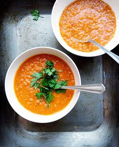 Great lunch during this cold spell - Spicy roasted tomato + lentil soup Spicy Lentil Soup, Slow Cooker Lentil Soup, Roasted Tomato Soup, Lentil Soup Recipes, Roasted Tomatoes, Tomato And Lentil Soup, Vegetarian Soup, Healthy Soup, Vegetarian Recipes