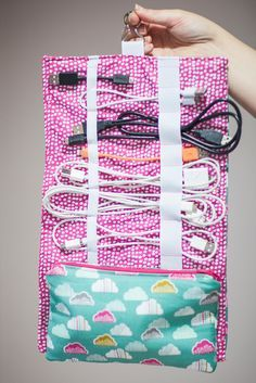 Thsi idea is the best! A Cosy to keep cables and cords organized at home and when traveling!!