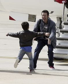 This incredible photograph captures the moment Javier Espinosa first reunited with his son after being held hostage for 194 days. | Bittersweet Pictures Of Spanish Journalists Reuniting With Their Families After Six Months Of Captivity In Syria