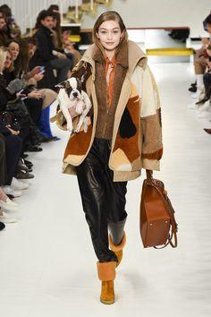 Gigi Hadid for Tod's - Fall/Winter 2018 - Milan Fashion week. Fashion Week Paris, Autumn Fashion 2018, Milano Fashion Week, Runway Fashion, Mens Fashion, Fashion Trends, Milan Fashion, Fashion Inspiration, Gigi Hadid