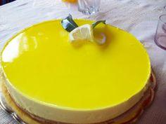 Cómo hacer tarta de queso y limón. Para hacer la base de la tarta de queso, trituramos el paquete de galletas, mezclamos con la mantequilla derretida y agregamos un chorrito de