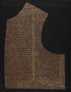 De nombreux anciens manuscrits islandais ont été utilisés de façon triviale. Ce feuillet a ainsi servi de patron pour un gilet: l'emplacement de l'encolure et de la manche ont été découpés.