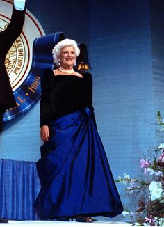 Barbara Bush ~ in royal-blue gown with velvet bodice and asymmetrically draped silk satin skirt - 1989 inaugural balls. ~ by Arnold Scassi. Most loved first lady First Lady Of America, Us First Lady, Presidents Wives, American Presidents, American History, Mg34, Royal Blue Gown, American First Ladies, Barbara Bush