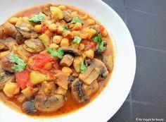 Hoy os presento un Tajín de verduras al azafrán, una receta vegana de cuchara que no puede faltar en la cocina de otoño e invierno cuando el frío aprieta. Se trata de una receta típica bereber pero en versión veggie…¡Tajín de verduras al azafrán! ¡Un plato exquisito y muy saludable! 🙂