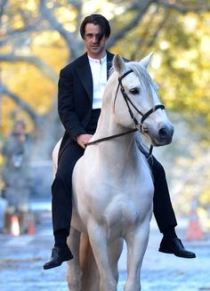 Colin Farrell rides a horse on the set of 'Winter's tale' in Brooklyn, NYC.