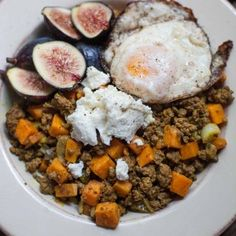 Spiced beef and sweet potato bowls with crispy eggs, fresh figs, and goat… Easy To Make Dinners, Quick Easy Dinner, Paleo Recipes, Cooking Recipes, Spiced Beef, Sweet Potato Chili, Ground Meat, How To Cook Eggs, Lemon Chicken