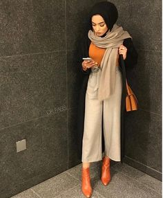 I love how she pulls the colours, not her actual hijab-outfit though. Modern Hijab Fashion, Muslim Women Fashion, Street Hijab Fashion, Hijab Fashion Inspiration, Islamic Fashion, Modest Fashion, Hijab Outfit, Mode Turban, Hijab Trends