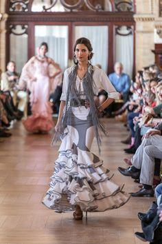camisa remangada y falda de volantes Dance Art, Dance Music, Flamenco Dancers, Spanish Style, Belly Dance, Tie Dye Skirt, Style Inspiration, My Style, Womens Fashion