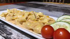 Préparer votre chaudron remplie d'eau, faire bouillir et déposer les vos pâtes. (environ 10 min.) Dans un autre chaudron mettre les sachets de sauce rosée dans 3 tasse d'eau froide. Bien brasser afin que la sauce ne colle pas dans le fond du chaudron... Tortellini, Pasta Salad, Sachets, Afin, Ethnic Recipes, Food, Italian Spices, Pepper Spice, Cauldron