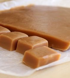 Homemade Soft Caramels Recipe : 1 c light corn syrup, 2 c packed light brown sugar, 1 can sweetened condensed milk, lb butter. Bring to boil over medium heat, cook for 20 minutes stirring constantly. Pour onto buttered cookie sheet and cut when cool. Köstliche Desserts, Delicious Desserts, Dessert Recipes, Yummy Food, Tasty, Plated Desserts, Caramel Mou, Honey Caramel, Caramel Apples