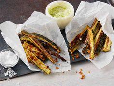 Tee herkkua kesäkurpitsasta! Rapeat kesäkurpitsatangot maistuvat esimerkiksi illanvietossa. Tarjoa maustetun majoneesin kera.