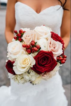 Cranberry and blush bridal bouquet for a winter wedding - Christmas wedding bouquet - Cranberry roses, red and white rose bouquet with red berries, elegant winter wedding bouquet ideas Cranberry Wedding Colors, Champagne Wedding Colors, Gold Wedding Colors, Winter Wedding Colors, Gold Champagne, Bridal Bouquet Fall, Fall Wedding Bouquets, White Wedding Flowers, Bride Bouquets