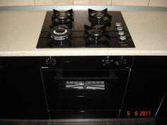 Mobila de bucatarie cu plita pe gaz din sticla neagra si cuptor incorporabil Nardi New Kitchen Designs, Wall Oven, Kitchen Appliances, Home, Diy Kitchen Appliances, Home Appliances, Ad Home, Homes, Kitchen Gadgets