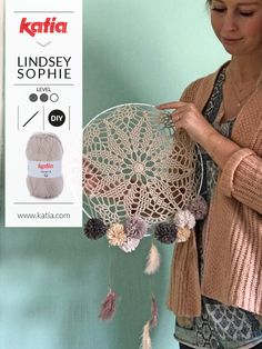 I'm Lindsey Sophie and I love Ibiza style and boho vibes; for this reason I am sharing a boho crochet dreamcatcher pattern with you. Crochet Diy, Form Crochet, Basic Crochet Stitches, Crochet Round, Crochet Home, Double Crochet, Crochet Patterns, Crochet Dreamcatcher Pattern, Dreamcatcher Design