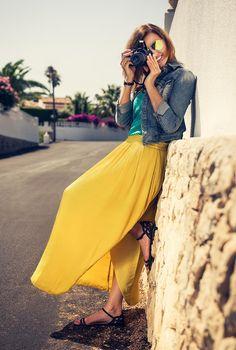 Conjunto falda amarilla, camiseta turquesa, cazadora tejana, sandalias negras y gafas amarillas
