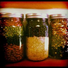 Creative upcycling of glass jars. Dry soup mix in jars, just add water, spices & cook. Dry Soup Mix, Soup Mixes, Spice Mixes, Spice Rub, Mason Jar Mixes, Mason Jars, Canning Recipes, Jar Recipes, Soup In A Jar