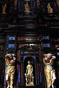 Der italienische Schrank mit den Bronzefiguren stammt aus dem 18. Jahrhundert.