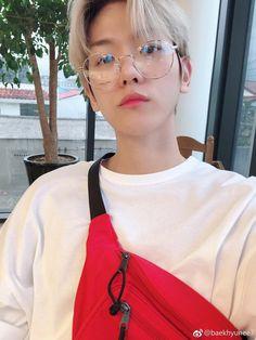 Baekhyun é real muito lindo, mas quem é que usa uma pochete desse jeito? - Kookie-dvn