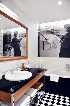 Łazienka idealna dla kobiety #łazienka #bathroom #wanna #design #biel #czerń #lustro #fototapeta
