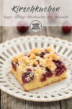 Dieser Streusel-Kirschkuchen ist nicht nur schnell und einfach gemacht, sondern vor allem ist der Kirschkuchen vom Blech richtig schön saftig, knusprig, fruchtig. Der Streuselkuchen schmeckt auch mit Blaubeeren, Pflaumen, Johannisbeeren oder Kirschen aus dem Glas.  #kirschkuchen #blechkuchen #streuselkuchen #klassiker #sommer #kirschen #backenmachtgluecklich