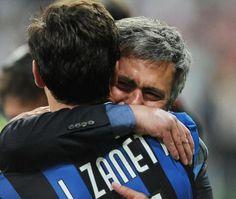 #Mourinho crying hugs #Zanetti - Mourinho che piange abbraccia Zanetti - Champions League