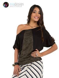 Blusa negra con manga caída al hombro, semi suelta, con encaje brillante en la mitad.