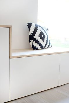 Do it yourself: Besta and wood are turned into a sideboard with .- Do it yourself: Aus Besta und Holz wird ein Sideboard mit Sitzbank DIY sideboard with bench from Besta by Ikea – Gingered Things - Ikea Hack Besta, Home Decor Kitchen, Diy Home Decor, Kitchen Design, Interior Ikea, Buffet, Best Ikea, Ikea Bedroom, Diy Bench