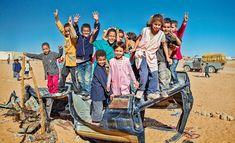 """Marcello Scotti - Photography: Cuando el desierto del Sáhara es a la vez hogar, patio de recreo escolar, y lo que deba ser - Alegres niños saharauis en su """"patio de recreo"""" - Campamento de refugiados saharauis en Tinduf, Argelia"""
