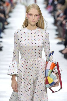 Valentino, Frühjahr/Sommer Paris, Womenswear luv the dress don't ever cary purses and the eye make up is better suited to a clown Casual Chic, Valentino, Style Désinvolte Chic, My Style, Diy Fashion, Fashion Trends, Catwalk, Ready To Wear, Fashion Accessories