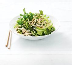 Avocado and chicken noodle salad with sesame dressing - Healthy Food Guide Healthy Noodle Recipes, Healthy Chicken Recipes, Healthy Food, Midweek Meals, Easy Meals, Luncheon Menu, Pea Salad, Noodle Salad, Avocado Recipes