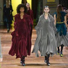 Hoje os desfiles de #IsseyMiyake e @loewe agitaram o começo do quarto dia de Semana de Moda de Paris. No primeiro texturas intrincadas em roupas desconstruídas foram o maior destaque da apresentação que você pode assistir na íntegra pela nossa transmissão no Facebook. No segundo xadrezes e couros se combinam em peças com as modelagens inteligentes que fizeram a fama de #JonathanAnderson diretor criativo da marca. #ELLEnaPFW : @agfotosite  via ELLE BRASIL MAGAZINE OFFICIAL INSTAGRAM - Fashion…
