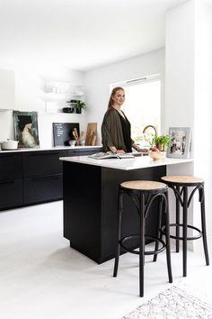Malin pakker hjemmet sitt inn i kelim Kitchen Organization, Kitchen Organizers, Office Desk, Kitchen Dining, House Design, Furniture, Home Decor, Kitchens, Alcove Ideas