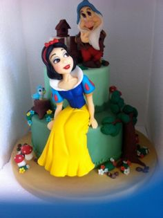 Princess Snow White and Bashful Cake Cupcakes, Cupcake Cakes, Professional Cake Decorating, Snow White Cake, Snow White Birthday, White Cakes, Disney Cakes, Just Cakes, Fondant