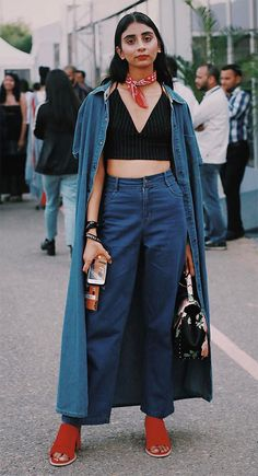 Street style com cropped top.