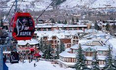 La colorata funivia di Aspen, splenida località sciistica sulle Montagne Rocciose (USA)