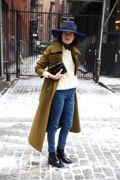 Cappotto oversize color cammello, boyfriend jeans, maglione bianco, stivaletti con tacco.