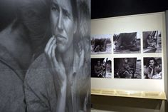"""Em um dia como hoje, em 10 de outubro de 1965, morria a fotógrafa americana Dorothea Lange.   Dorothea Lange (26 de maio, 1895 - 11 outubro de 1965) foi uma influente fotógrafa americana de documentários e fotojornalista, mais conhecida por seu trabalho na época da Depressão.  As fotografias de Lange humanizaram as consequências da Grande Depressão e influenciaram o desenvolvimento da fotografia documental.   Nesta imagem: Uma grande foto de """"Migrant Mother"""" por Dorothea Lange pendurada na…"""