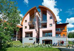 4-6-persoons appartement Type 4-6A  Description: Pluspunten:- Gelegen in bosrijke omgeving- Grenzend aan het Boheemse Woud- Direct aan de oever van het Lipno-meer- Indoorspeelplaats- Inline skate- en fietspad langs de Lipno stuwdam direct vanuit het park.Ligging van Landal Marina LipnoHet autovrije Landal Marina Lipno bevindt zich in de plaats Lipno 200km ten zuiden van Praag 923km vanaf Utrecht. Het adembenemende Zuid-Bohemen één van de mooiste streken van dit toch al zo fraaie land is…