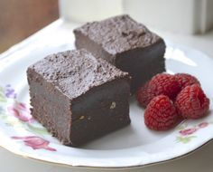 Simple Raw Vegan Brownies with Icing | http://www.gluten-free-vegan-girl.com/2014/01/simple-raw-vegan-brownies-with-icing.html