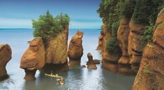 Bay of Fundy, Nova Scotia, Canada. (To get exactly here - Hopewell Rocks- you need to go through New Brunswick!) Tide changes every 6 hours. High and low tide vary by 50 feet, the greatest height in the world. Nova Scotia, Torre Cn, Places To Travel, Places To See, Places Around The World, Around The Worlds, Hopewell Rocks, New Brunswick Canada, St John New Brunswick