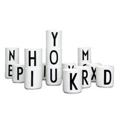 Kopp med bokstav fra Design Letters. Stilren kopp uten håndtak i porselin med typografi av Arne...