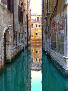 Les eaux bleues de Venise, Venise, Italie, by Baloulumix.
