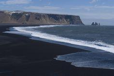 Playa volcánica de Sand beach en Islandia