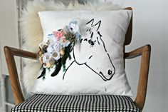 Sylvie Liv: DIY Anthro Inspired Horse Print Pillow With Flowers & Feathers Throw Pillows Bed, Diy Pillows, Cushions, Horse Themed Bedrooms, Horse Quilt, Equestrian Decor, Equestrian Style, Bordados E Cia, Horse Party