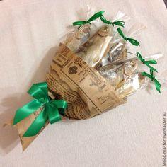 Купить или заказать букет из воблы в интернет-магазине на Ярмарке Мастеров. букет из 5 вобл, на заказ можно сделать в другом оформлении, есть крафт бумага под английскую газету, бантик можно сделать любого цвета Букет из воблы отличное дополнение к торту из… Food Bouquet, Candy Bouquet, Birthday Gifts For Best Friend, Best Friend Gifts, Christmas Bulbs, Christmas Crafts, Edible Bouquets, Chocolate Bouquet, Preschool Art