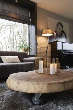 De Munggur is een trendy salontafel en in alle maten verkrijgbaar. Door de wieltjes onder de tafel is de tafel makkelijk verplaatsbaar. Door zijn unieke vorm heeft u altijd een uniek exemplaar in huis.