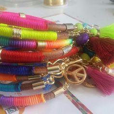 Bellas pulseras coloridas que alegrarán cualquier outfit