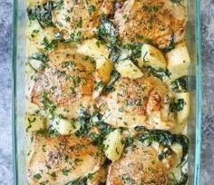 Krokant kip gebakken samen met aardappels en spinazie. Een complete maaltijd in één schaal!
