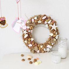 Om m'n bestaande krans te renoveren! Strikjes jute... Apple Tree Yard, Christmas Love, Merry Christmas, December Holidays, Create Yourself, Santa, Presents, Diy Projects, Diy Crafts
